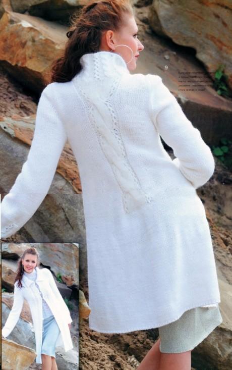 Белое пальто спицами связано для женщин
