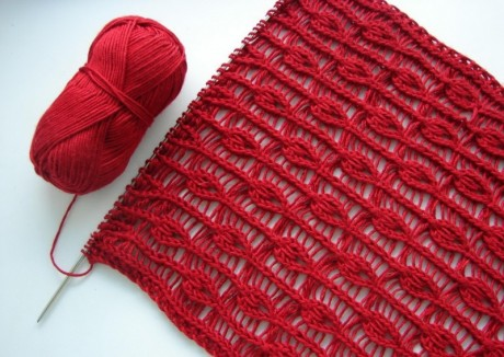 Красный ажурный шарф в сердечках