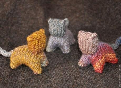Вязаный спицами котик, игрушка для начинающих