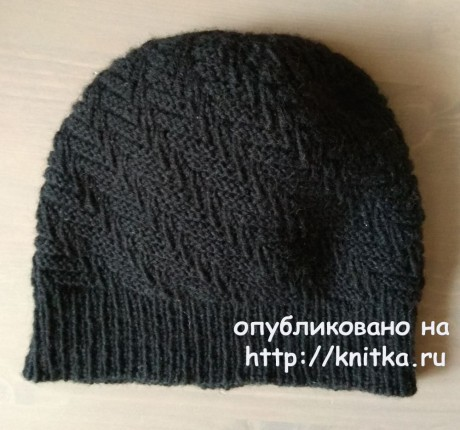 Мужская шапка спицами. Работа Александры Карвелис. Вязание спицами.
