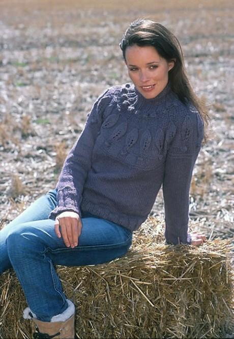 Женский свитер спицами с узорной кокеткой