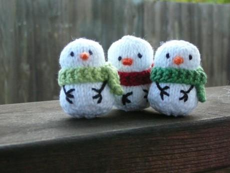 Маленькие снеговики спицами для начинающих