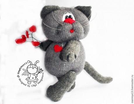Влюбленный кот с сердечком, связан спицами