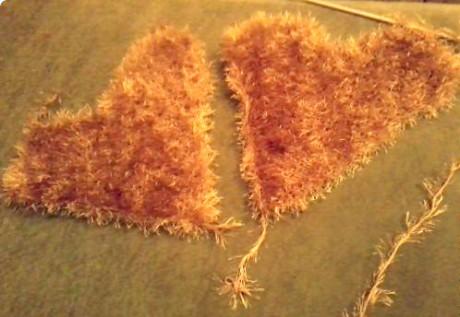 Подушка - сердце спицами из пряжи Травка