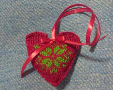 Ёлочная игрушка - сердце спицами