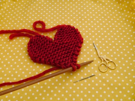 Подставка под чашку или игрушка сердечко, связанное спицами