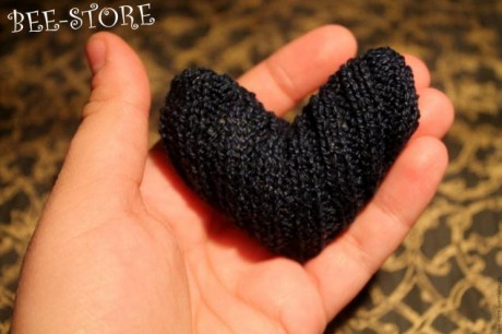 Черное сердце спицами.