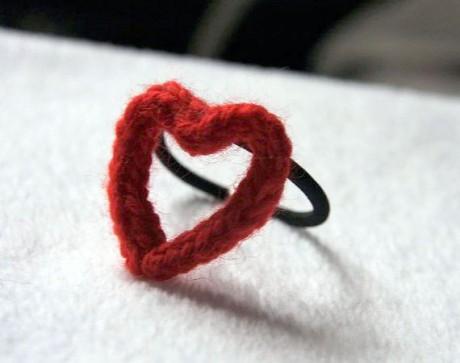 как связать простую резинку для волос в форме сердечка