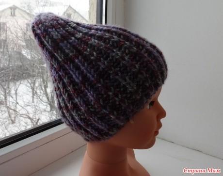Женская шапка, связанная английской резинкой