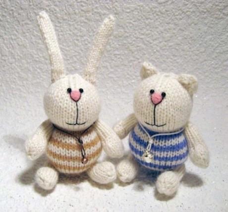 Забавный котик и заяц спицами
