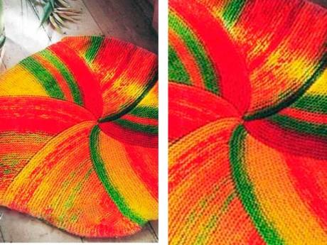 Яркий круглый коврик спицами