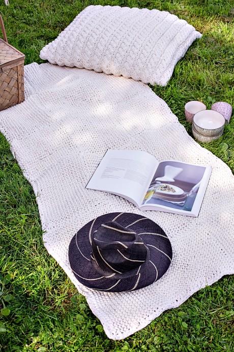 Самый простой коврик связан из толстой пряжи
