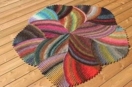 Причудливый коврик спицами