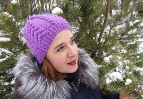 Как связать шапку спицами с объемными косами