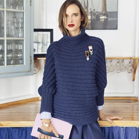 Шерстяной свитер связан из толстой пряжи толстыми спицами