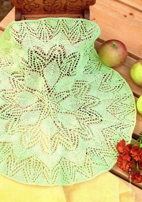 Светло - зеленая салфетка спицами