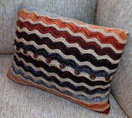 Полосатая подушка для дома