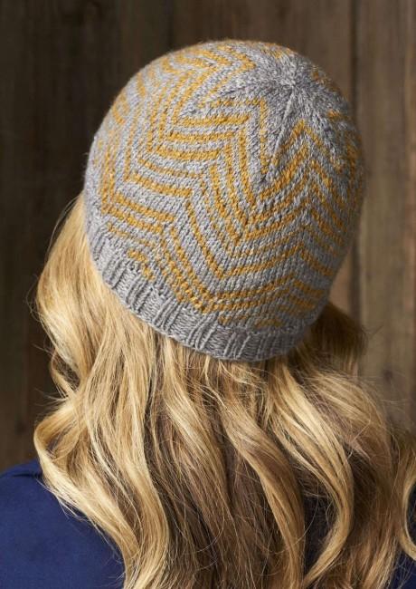 Женская шапка в полоску елочка. Вязание спицами.