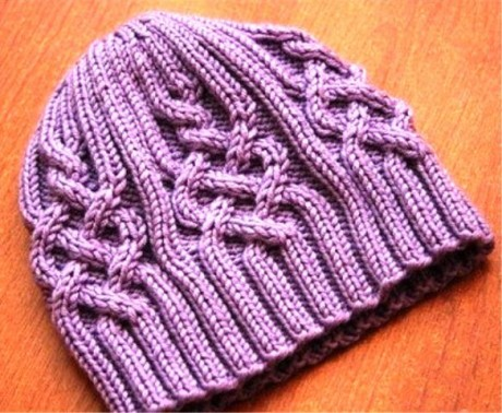 Женская шапочка связана спицами 4