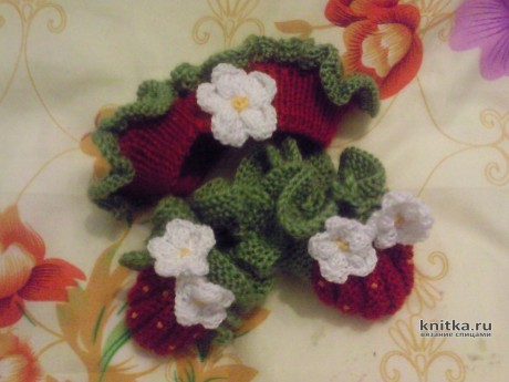 Пинетки-ягодки спицами. Работа Арсентьевой Марины вязание и схемы вязания