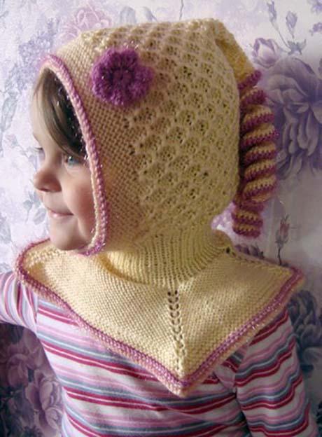 Вязанный спицами шлем для девочки