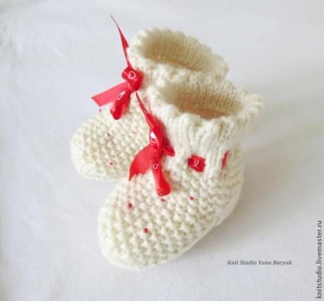 Белые вязаные носочки для новорожденного