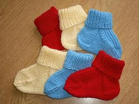 Вязаные носочки на 5 спицах для новорожденного малыша