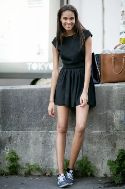 Пример хорошего сочетания кроссовок и легкого платья: