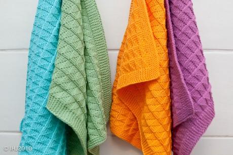 Вязанное спицами полотенце с узором Треугольники