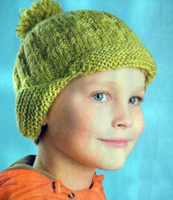 Зеленая ушанка, связанная спицами для мальчика
