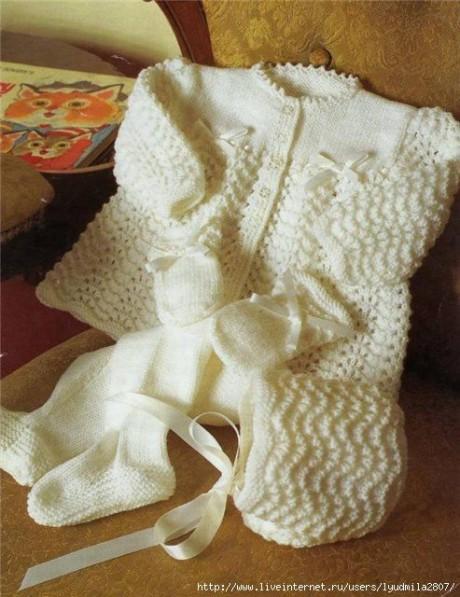 Вязаный детский комплект для малыша: кофточка, чепчик и ползунки