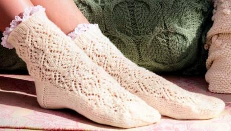 Описание коротких ажурных носков, связанных спицами