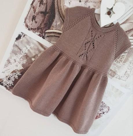 Платье для девочки спицами Капучино. Вязание спицами.