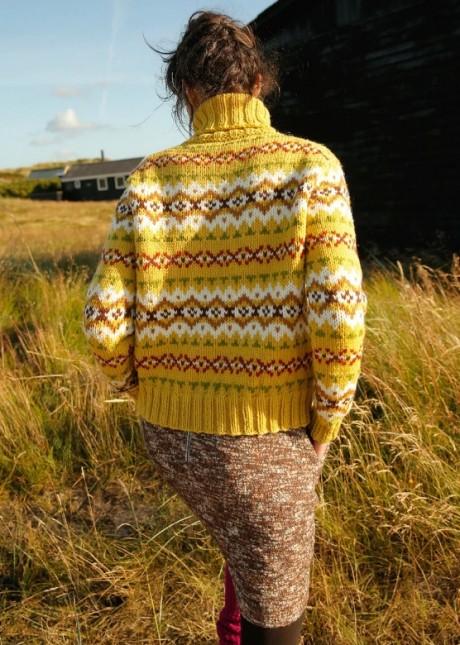 Яркий свитер для женщин с жаккардом (вязание спицами)