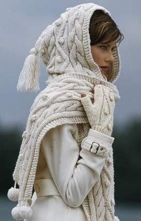 Белоснежный шарф-капюшон, связанный спицами