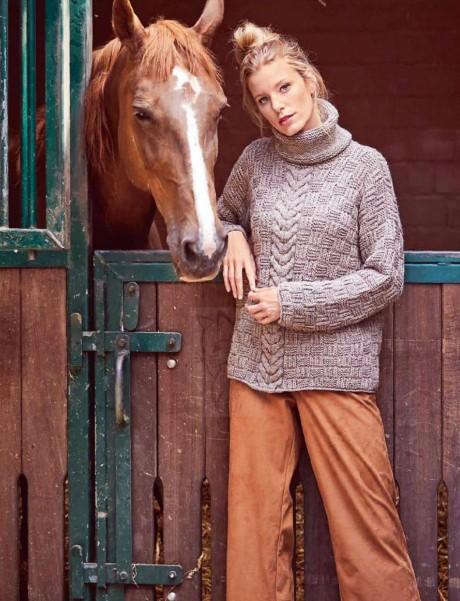 Женский свитер с косой связанный спицами. Вязание спицами.
