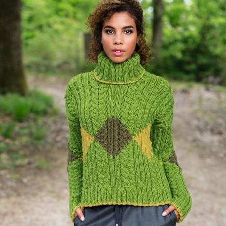 Красивый женский свитер спицами с высоким горлом (интарсия)