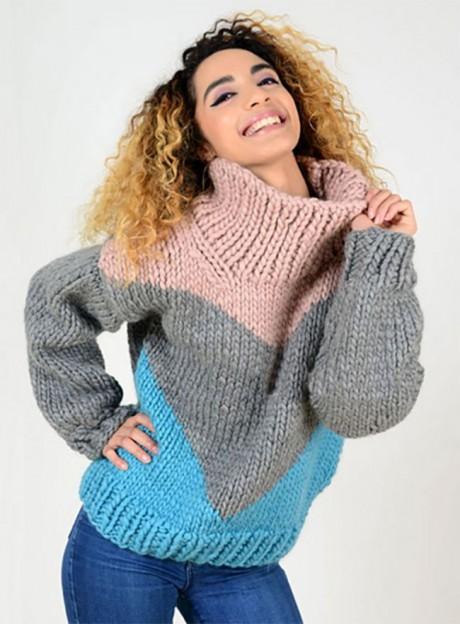Трехцветный свитер крупной вязки спицами