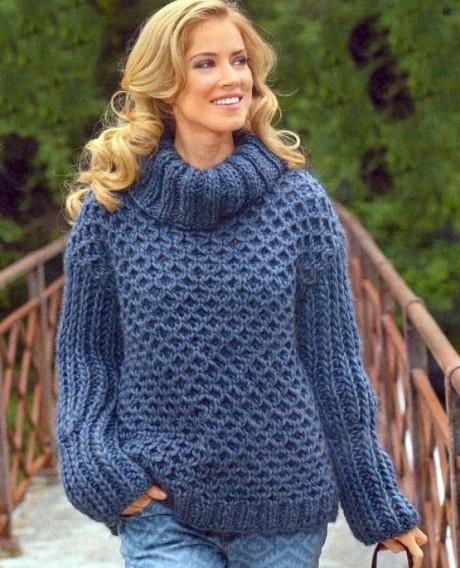 Стильный свитер спицами крупной вязки