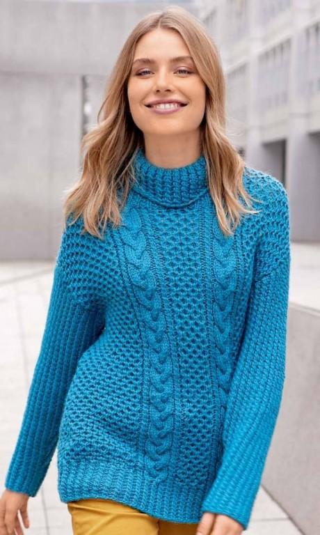 Удлинённый свитер с узором из «кос» и «сот» спицами