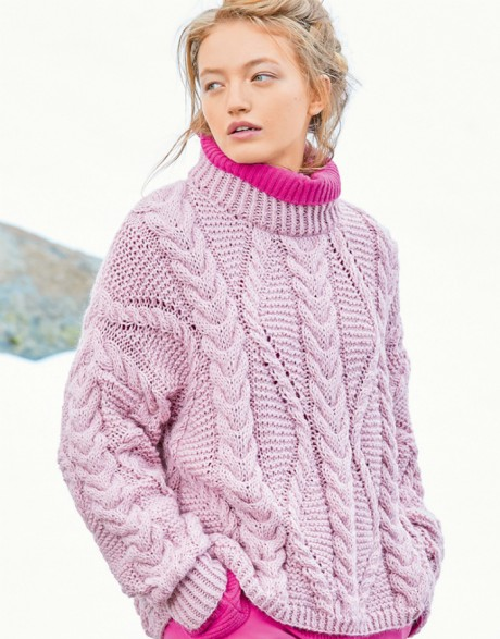Розовый свитер оверсайз с косами