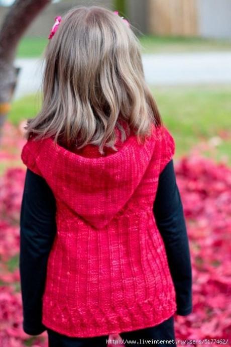 Жилет для девочки с капюшоном, связан спицами