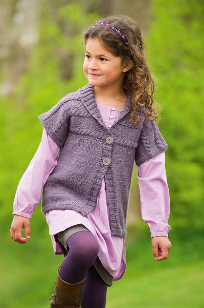 Фиолетовый жилет для девочки, связанный спицами