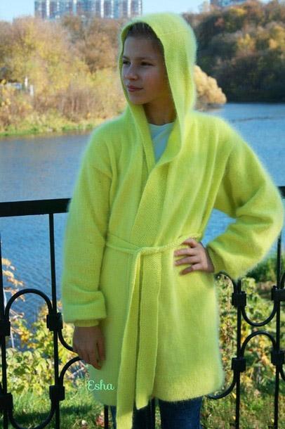 Желтый длинный кардиган для девочки спицами