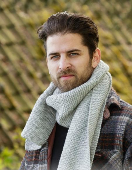 Мужской шарф, связанный спицами платочной вязкой