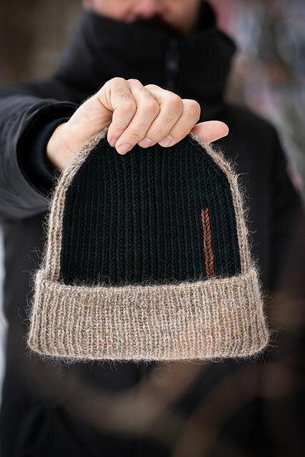 Двухцветная шапочка спицами. Вязание спицами.