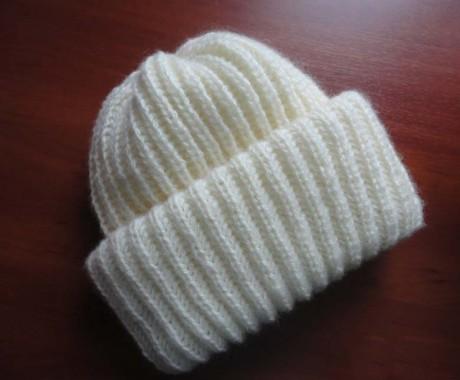 Модная шапка с двойным отворотом, связанная спицами