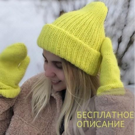Яркая шапка с отворотом, связанная спицами
