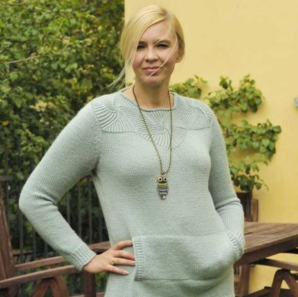 Женский свитер спицами с красивой кокеткой