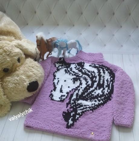 Детский свитер спицами с лошадкой